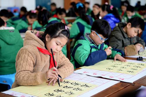 دانش آموزان مدرسه ابتدایی در شهر هِفِی چین در حال تمرین خوش نویسی سنتی چینی