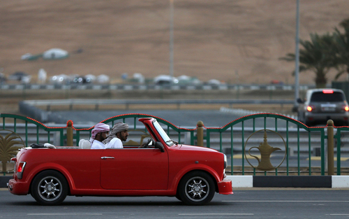 جوانان اماراتی سوار بر مینی ماینر انگلیسی در جشنواره سالانه صحرای لیوا