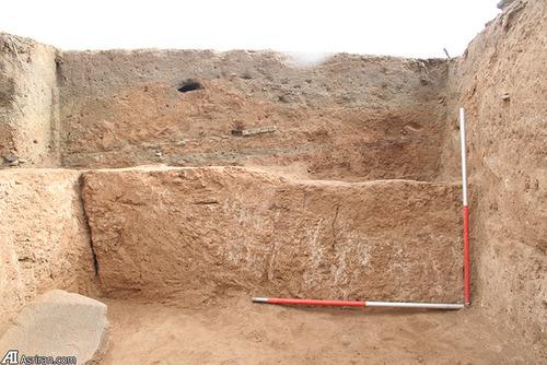 بقایای اندود گچ که برای تزئینات دیوار استفاده می شده