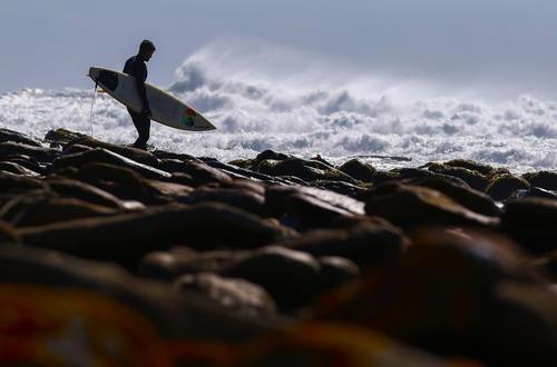 یک موج سوار در سواحل کیپ تاون آفریقای جنوبی