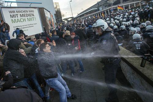 تظاهرات جنبش دست راستی پگیدا در شهر کلن آلمان علیه سیاست دولت آلمان در جذب پناهجویان
