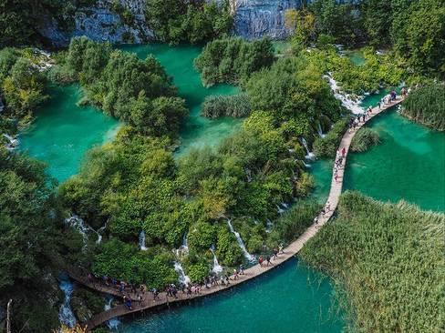 پل چوبی روی دریاچه ای در پارک ملی کرواسی