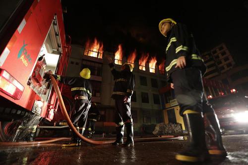 آتش نشانان شهر یانگون میانمار در حال خاموش کردن آتش یک بازار