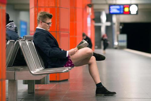 روز جهانی حضور بدون شلوار در مترو. این رسم ابتدا در سال 2002 از شهر نیویورک آغاز شد و سپس به دیگر نقاط جهان تسری یافت- مترو مونیخ