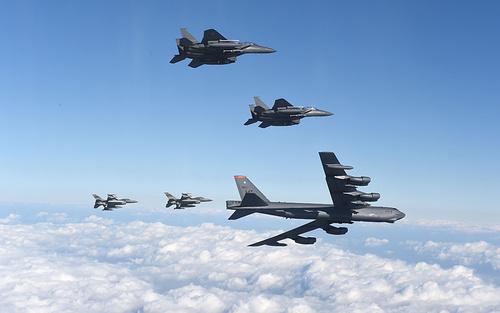 پرواز بمب افکن های استراتژیک بی 52 آمریکا با اسکورت اف 15 های کره جنوبی بر فراز آسمان این کشور