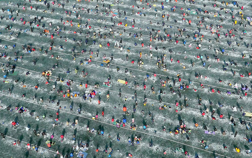 ماهیگیری از دریاچه ای یخزده در کره جنوبی