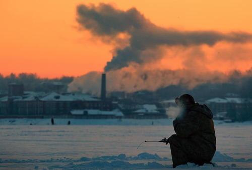 ماهیگیری از رودخانه یخزده ولگا در روسیه