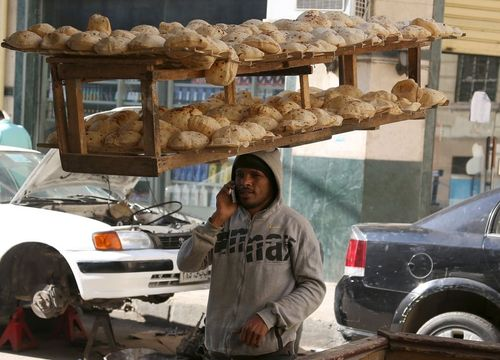 نان فروش دوره گرد مصری در شهر قاهره در حال مکالمه با تلفن همراه