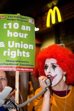 تجمع کارکنان فست فودها در لندن در مقابل شعبه ای از رستوران مک دونالد با درخواست افزایش حقوق کارکنان