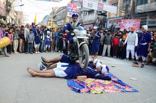 نمایش خیابانی سیک ها در آلله آباد هند
