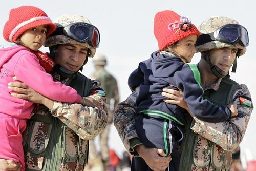 نیروهای نظامی اردن در حال انتقال پناهجویان سوری به داخل خاک اردن