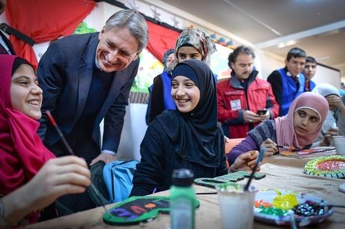بازدید فیلیپ هاموند وزیر امور خارجه انگلیس از اردوگاه پناهجویان سوری در آدانا ترکیه