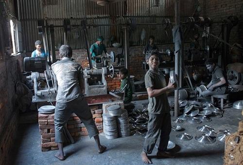 کارگاه تولید ظروف آلومینیومی در شهر داکا بنگلادش