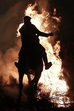 پرش با اسب از روی آتش در روز سن آنتون – اسپانیا