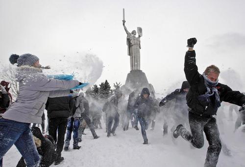 برف بازی جوانان و نوجوانان اوکراینی در محوطه موزه باز جنگ دوم جهانی در شهر کی یف