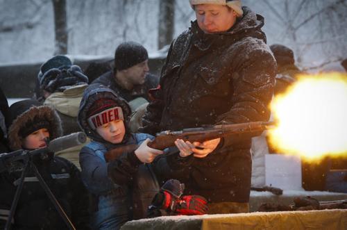 آشنایی کودکان و نوجوانان با سلاح در نمایشگاهی در سن پترز بورگ روسیه