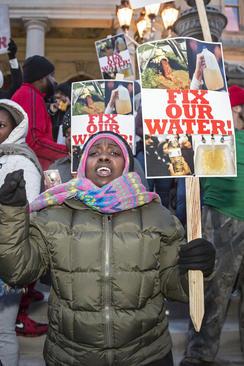 تظاهرات علیه فرماندار ایالت میشیگان در شهر لنسینگ به خاطر بحران آلوده بودن آب این شهر