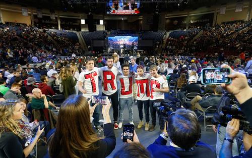 دانشجویان حامی دونالد ترامپ نامزد جنجالی جمهوریخواه  برای انتخابات ریاست جمهوری سال آینده آمریکا در دانشگاه لیبرتی در ویرجینیا