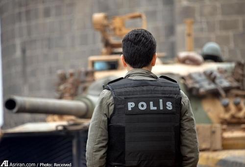 همزمان با حضور تانک و نفربرهای زرهی به خیابان های سور مردم ساکن این منطقه با استفاده از تلفن همراه تصاویر آن را گرفتند