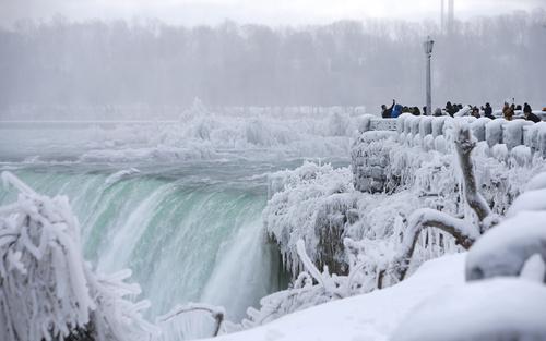 بازدید توریست ها از آبشار نیاگارا در اونتاریو کانادا