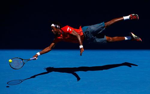 شیرجه گائل مونفیلز تنیسور فرانسوی برای مهار توپ در مسابقات تنیس اپن استرالیا در ملبورن