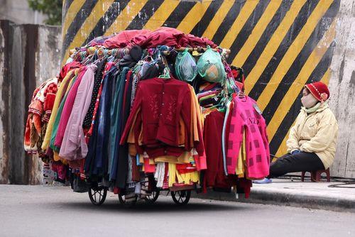 لباس فروش خیابانی در هانوی ویتنام
