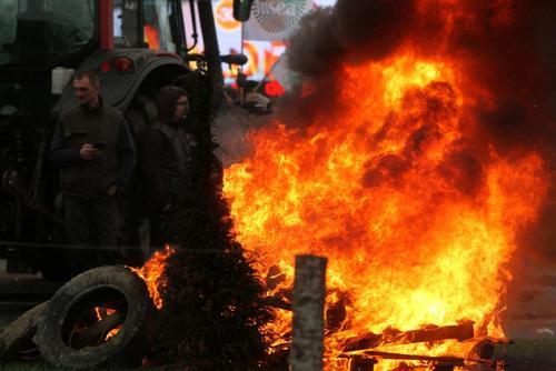 بستن یک خیابان از سوی کشاورزان معترض فرانسوی – شهر آنجرز