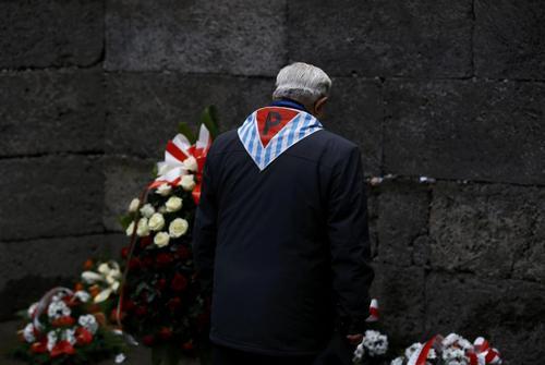 یکی از بازماندگان هولوکاست در مراسم هفتادویکمین سالگرد تعطیلی اردوگاه آشویتس در لهستان