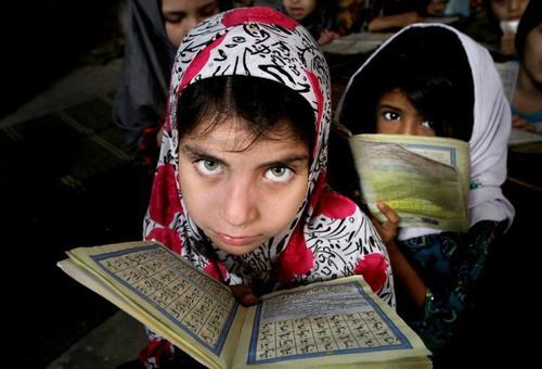 دختران پاکستانی در کلاس آموزش قرآن – کراچی