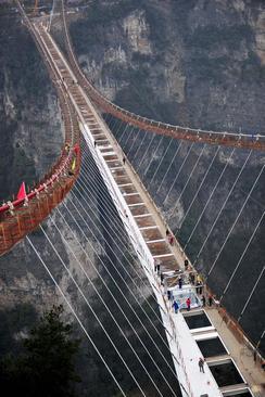 ساخت یک پل عظیم شیشه ای در ژانگجیاجی چین. این پل که در ارتفاع 300 متری از سطح زمین ساخته می شود دارای 430 متر طول و 6 متر عرض است و گنجایش عبور همزمان 800 نفر را دارد