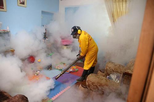 ضد عفونی کردن خانه یکی از مبتلایان ویروس زیکا در شهر لیما پرو
