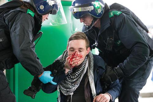 ضرب و شتم یکی از فعالان ضد فاشیست در حاشیه گردهمایی فاشیست ها در کنت بریتانیا