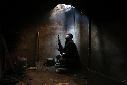 یکی از نیروهای مسلح مخالف حکومت سوریه در یک کمینگاه در منطقه اربین در حومه دمشق