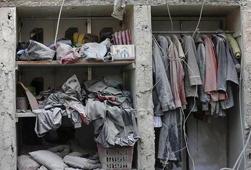 تصویری غم انگیز از کمد یک خانه در یکی از شهر های جنگ زده سوریه