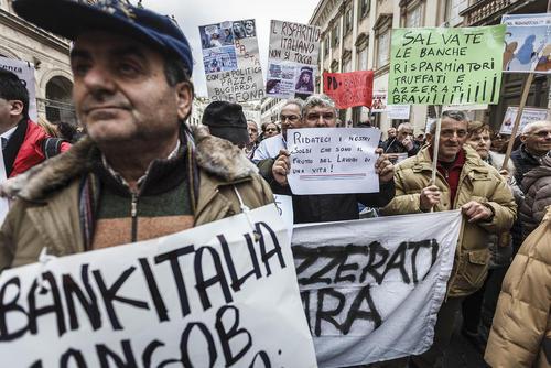 تظاهرات شهروندان ایتالیایی علیه تصمیم دولت این کشور برای کمک به چهار بانک ورشکسته – رم