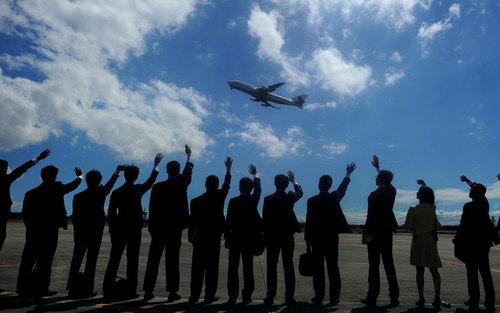 خداحافظی اعضای سفارت ژاپن در فیلیپین از هواپیمای حامل امپراتور ژاپن و همسرش پس از ترک فرودگاه بین المللی مانیل