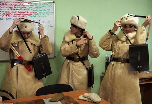 افسران زن راهنمایی و رانندگی در ولگوگراد روسیه در حال پوشیدن لباس های جنگ دوم جهانی به مناسبت هفتاد و سومین سالگرد پیروزی ارتش سرخ شوروی در برابر آلمان نازی در جنگ استالینگراد که از این روز در روسیه به عنوان روز پیروزی یاد می شود