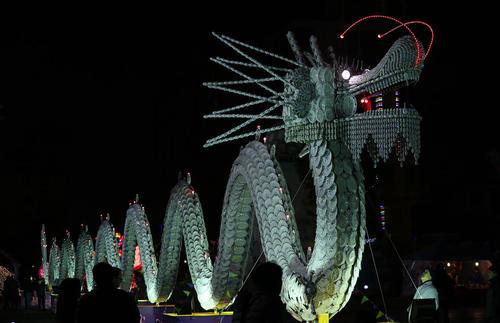 اژدهای 50 متری ساخته شده از کاسه و بشقاب به مناسبت جشن سال نو چینی – شهر نانتونگ چین