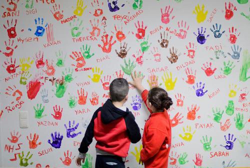 اثر دست کودکان پناهجو روی دیواری در اردوگاه پناهجویان در هامِلن آلمان