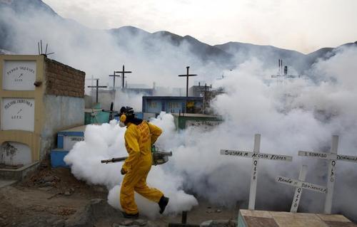ضد عفونی کردن اماکن برای مقابله با ویروس زیکا در شهر لیما پرو