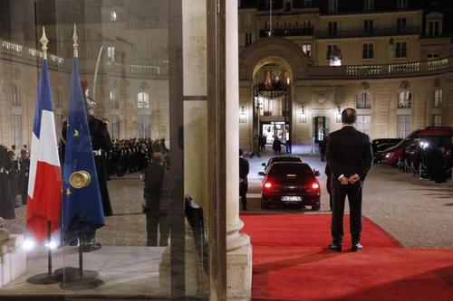 فرانسوا اولاند رییس جمهور فرانسه در حال بدرقه رائول کاسترو رهبر کوبا از کاخ الیزه