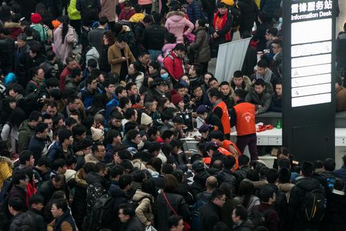 ازدحام در ایستگاه راه آهن شهر هانگژو چین به دلیل افزایش سفرها به مناسبت تعطیلات سال نو چینی