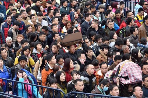 سرگردانی و ازدحام هزاران مسافر در ایستگاه قطار شهر گوانگ ژو چین به دلیل شرایط بد جوی . همزمان با آغاز تعطیلات سال نو چینی سفرهای داخلی در این کشور چند برابر افزایش یافته است