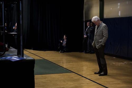 بیل کلینتون رییس جمهور سابق و همسر هیلاری کلینتون نامزد انتخابات ریاست جمهوری آمریکا در شهر ناشوا در ایالت آیوا و در حاشیه جلسه سخنرانی همسرش پس از اعلام پیروزی او در نخستین انتخابات درون حزبی دموکرات ها در این ایالت