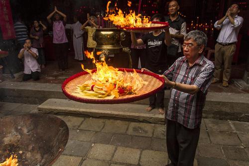 آیین های جشن سال نو چینی در معبدی در جاوه اندونزی