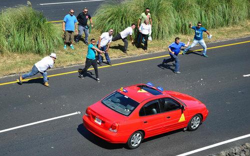 پرتاب تخم مرغ از سوی رانندگان تاکسی اعتصاب کننده در شهر سن خوزه کاستاریکا به خودروی همکارانی که در اعتصاب شرکت نکرده اند