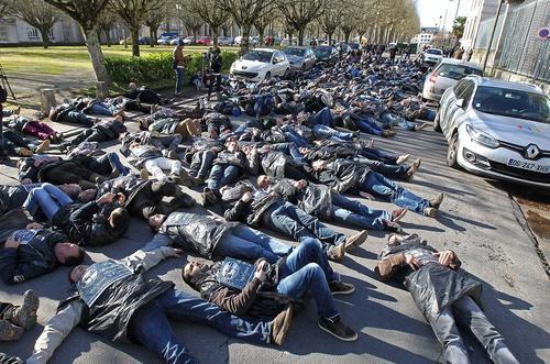 کشاورزان فرانسوی در جریان تجمع اعتراضی و در حالت مرگ نمادین – جنوب فرانسه