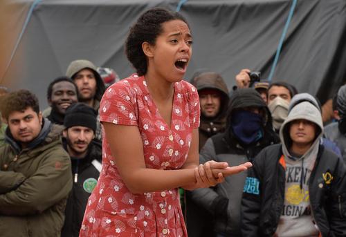 اجرای نمایشنامه هملت برای صدها پناهجوی خاورمیانه ای در کمپ پناهجویان در کاله فرانسه