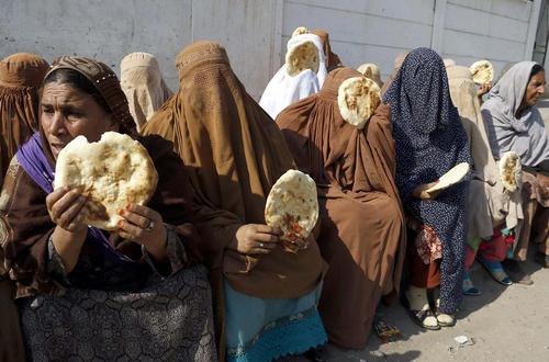 تظاهرات زنان کارگر پاکستانی برای احقاق حقوق شان در مقابل ساختمان انجمن صنفی روزنامه نگاران در پیشاور