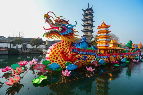قایق تزیینی به مناسبت سال نو چینی روی رود ووژان چین